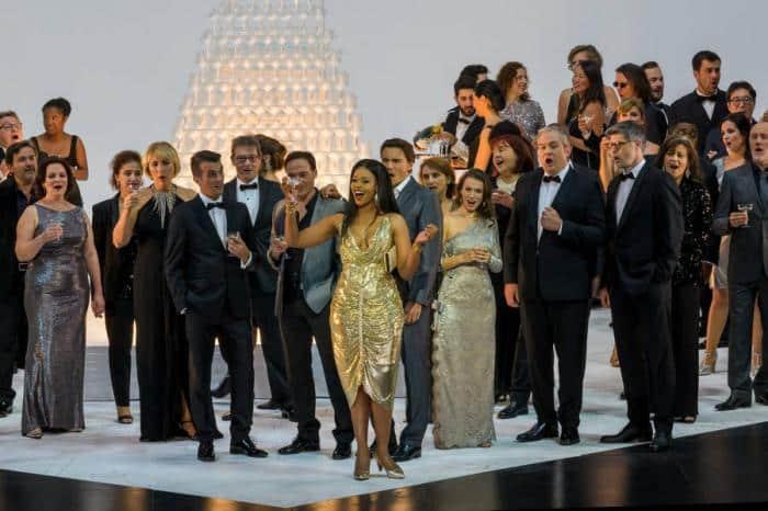"""""""Une Traviata"""" en état de grâce et hyper-connectée à Garnier, signée Simon Stone"""