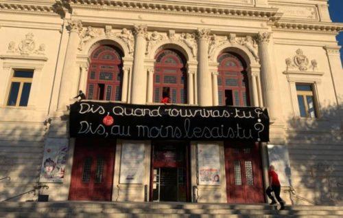 « Dis, quand rouvriras-tu ? Dis, au moins le sais-tu ? »  le manifeste en banderole et en parole du  Théâtre Molière, à Thau, près de Sète